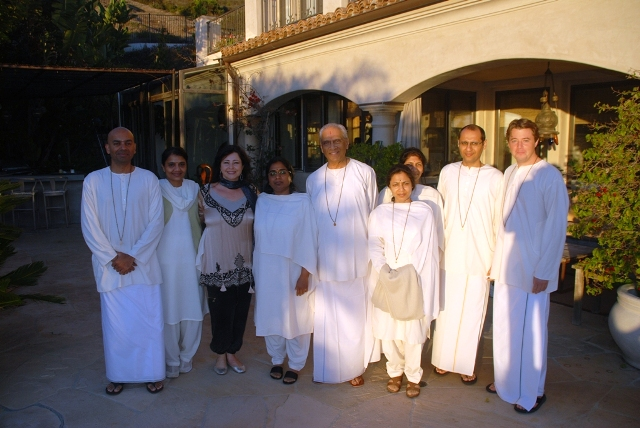 Swami Parthasarathy with his group and Dianne Burnett